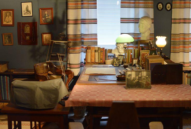 Samuli Paulaharjun työhuone on Lappi-osaston yhteydessä kolmannessa kerroksessa ja se on siirretty näyttelyyn Paulaharjun kodista kokonaisuutena melkeinpä pienintä nuppineulaa myöten. Luuppi, Oulu (Finland)