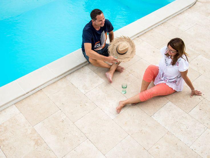 Urlaub zuhause: Auf der Travertinterrasse am Pool südliches Flair genießen – jonastone.de