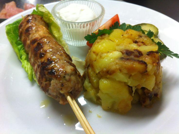 Spiedino di manzo e pollo speziato, sourcream, patate, cetrioli agrodolce. Menú 04/04/14 Rinascente Milano