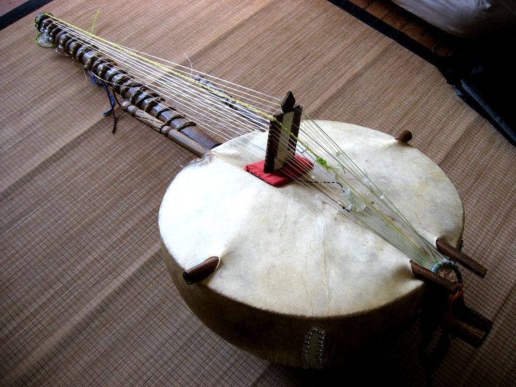 The West African #kora is a unique instrument with a harp-like appearance and a notched bridge similar to that of a lute or guitar. It sounds somewhat like a harp, but its intricate playing style can be closer to flamenco guitar. We based our #soundtrack for the short 'Diembe' around the Kora and other instruments from West Africa. http://www.manikemusic.com #ManikeMusic #OrpheusProject #Composers