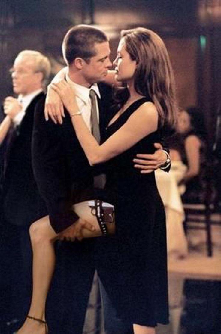 (KIKA) - LOS ANGELES - Angelina Jolie e Brad Pitt si erano conosciuti sul set di Mr & Mrs Smith, dove interpretavano due killer professionisti. In quel lontano 2004, l'attore era ancora sposato con Jennifer Aniston e la notizia del tradimento è rimasta una delle più cliccate fino a oggi, a distanza di dodici anni. La passione scoppiata sul set tra i due attori, tuttavia, non è stata passeggera, al contrario: ha dato origine a una delle storie d'amore più longeve di Hollywood per finire, a…