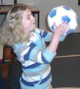 Tafels oefenen met de bal.  Roep een tafelsom en gooi de bal naar iemand in de kring die roept het antwoord, een nieuwe som en gooit naar de volgende. Leuk manier om de tafels te oefenen!