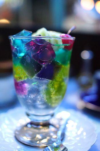 「喫茶ソワレ」の看板メニューが「ゼリーポンチ」。 ソーダ水に浮かぶ宝石のようなゼリーが、とってもきれいで懐かしい甘さが広がります。 キラキラしてとってもきれい!