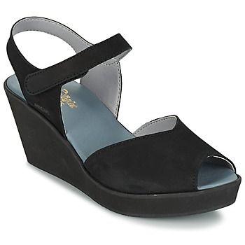 Als Arcus een open schoen ontwerpt, dan kan je geen nee zeggen! Deze zwarte sandaal verdient een plaatsje in je garderobe! Wedden dat alle kids fan zijn van de leren schacht en de synthetische zool.   Zo blijf je met je voeten aan de grond maar ga je toch een beetje de hoogte in! - Kleur : Zwart - Schoenen Dames € 149,00