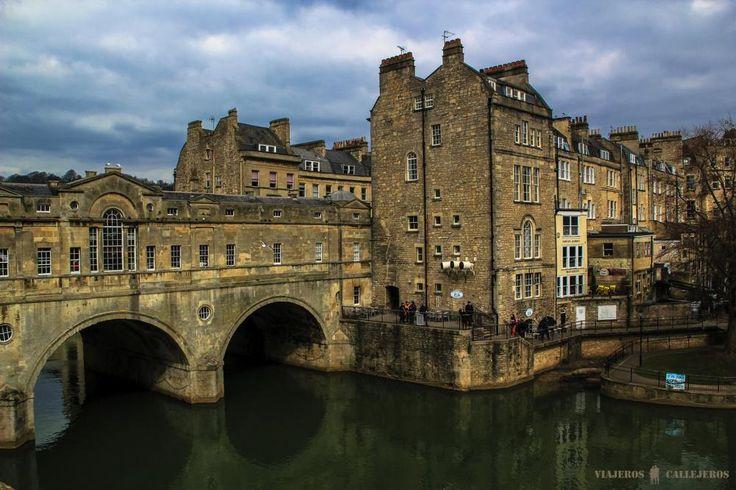 Bath, una parada obligada en cualquier ruta por el Reino Unido http://www.viajeroscallejeros.com/termas-romanas-de-bath-y-puente-pulteney…