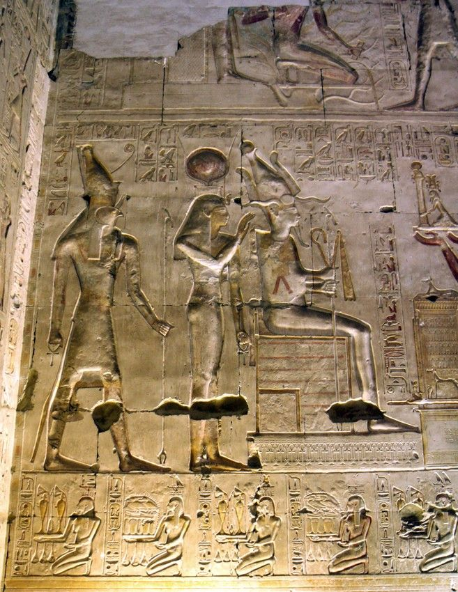 Primera Sala hipóstila. Seti ofrece una estatua de sí mismo con un pilar Hen a Osiris, Isis y Horus.