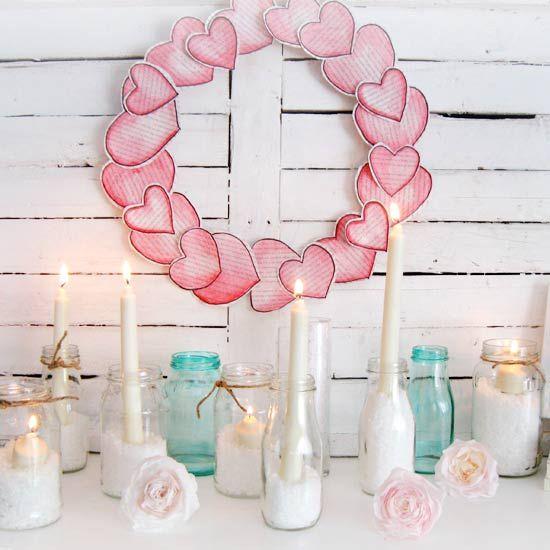 Dekoration zum Valentinstag-Herzen weiße Kerzen