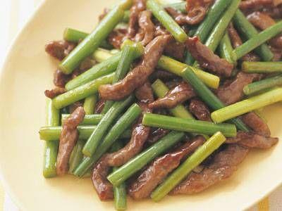 牛肉とにんにくの芽のオイスター炒め レシピ 渡辺 あきこさん|食欲をそそる中国風の炒め物。下味に粉と油を加えると、肉の食感や味のからみがよくなります。