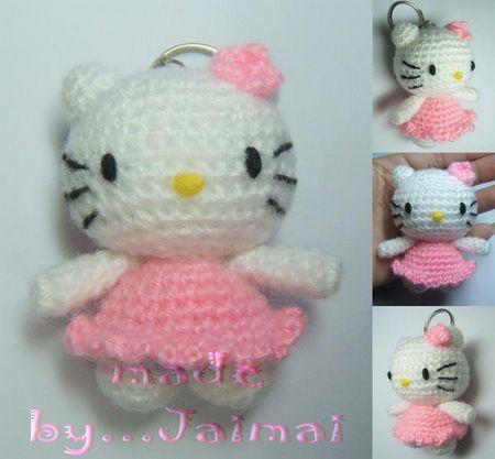 Deze kleine Hello Kitty is ideaal om sleutelhangers van te maken, zoals ik al een paar keer heb gedaan. Het originele patroon behoort toe aan Jaimai. Zij schreef haar patroon in het Thai. Sayjai ve…
