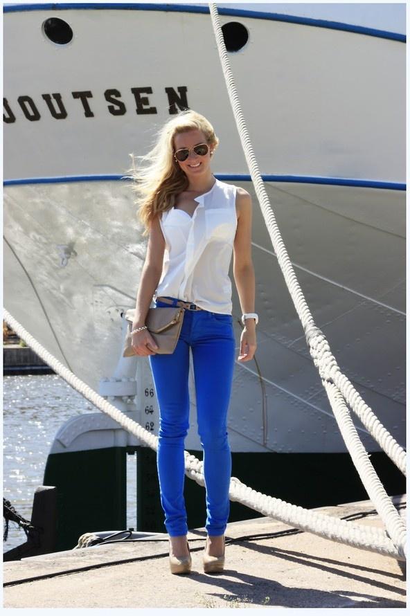 Super cute outfit - white shirt, blue coloured denim, nude heels.& clutch.