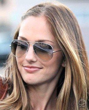 Minka Kelly foi fotografada com um belíssimo óculos Ray Ban RB 3025, o estilo aviador favorito. :) #óculos #minkakelly #eyewear #rayban #aviador #aviator #style #celebeity #moda