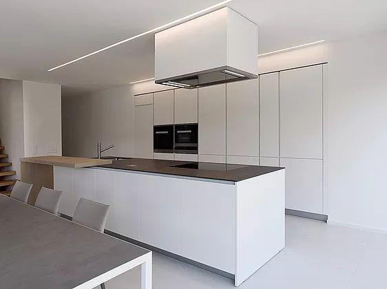 lacasa studio di progettazione di interni, negozio di cucine e arredamento design a Mendrisio, rivenditore ufficiale cucine Varenna e mobili Poliform e divani