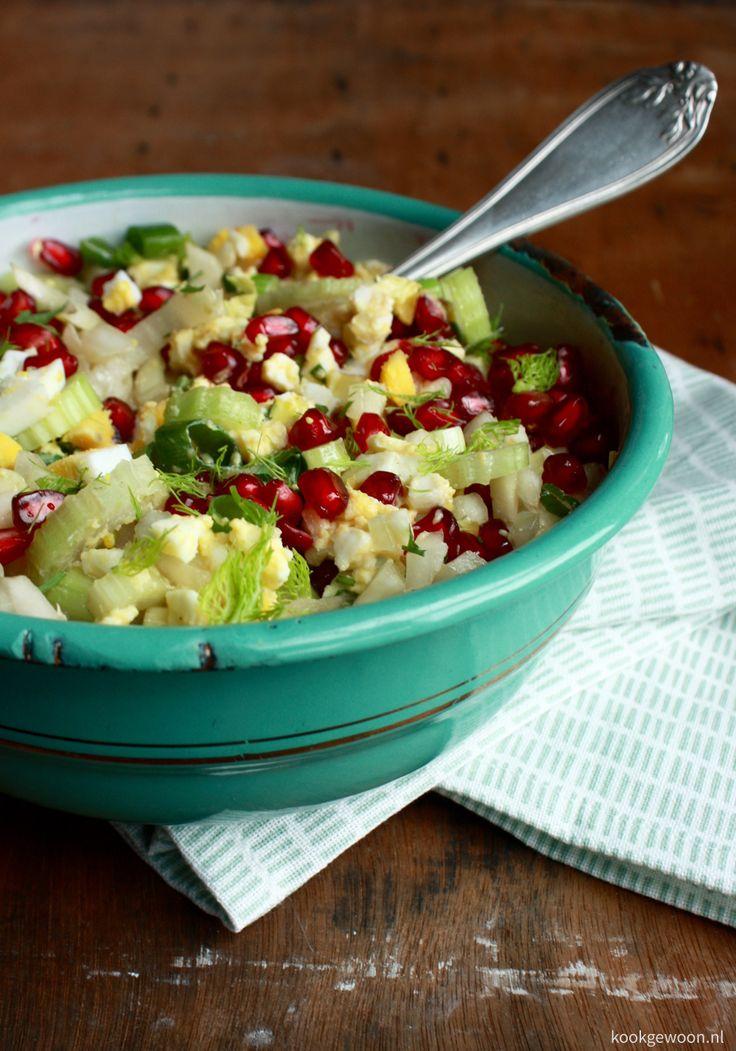 Slanke venkelsalade met ei en granaatappel #lunch #salade #recept #kookgewoon
