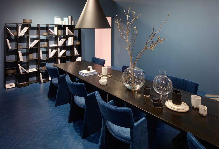 STUE: Fra det rosa kontoret så man inn i en blå stue. Blanke, blå vinylfliser i fiskebeinsmønster på gulvet, stoler trukket med blå velur og vegger malt i samme blåtone. (Foto: Mathias Nero/Stockholmsmässan)