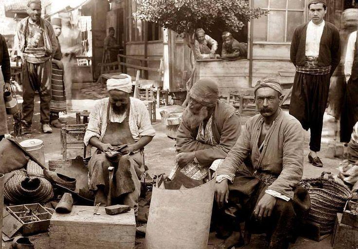 1890 - İstanbul-da Ayakkabı Tamircileri Kaynak: Line.do