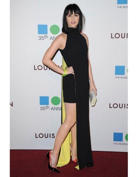 Fidèle à son style qui mêle glamour et audace, Katy Perry s'est glissée dans une longue robe Versace jaune et noir, dont la fente révélait la finesse de ses jambes. http://www.elle.fr/People/Style/Look-du-jour/Le-look-du-jour-Katy-Perry-glamour-en-Versace-2694148