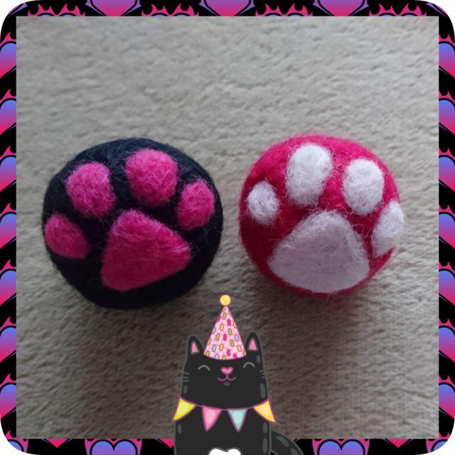 羊毛をニードルで刺し固めたボール鈴入り、2個セット。猫のおもちゃに。ボール➰➰🌕約4cm × 2個ぷっくり🐾肉球のワンポイントボールの中に小さな鈴1つが入っています。転がすとコロコロ静かな音がします。作品+送料=440円でお買い得です🎶( 通常340円+...