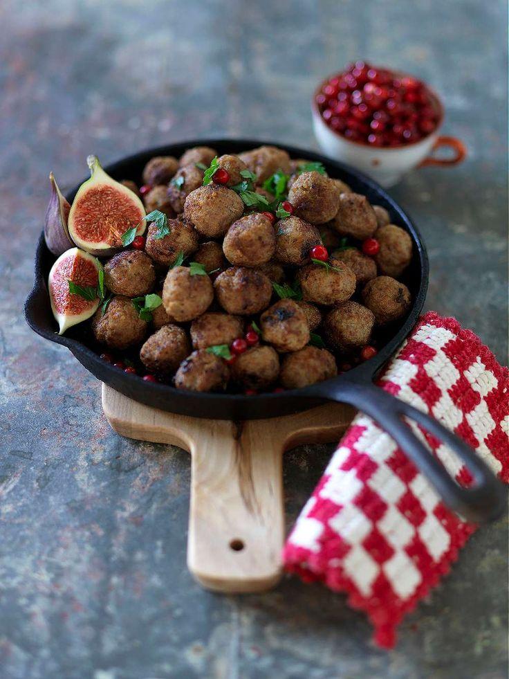 Våra goda köttbullar görs lite extra kryddiga och blir en favorit på julbordet.