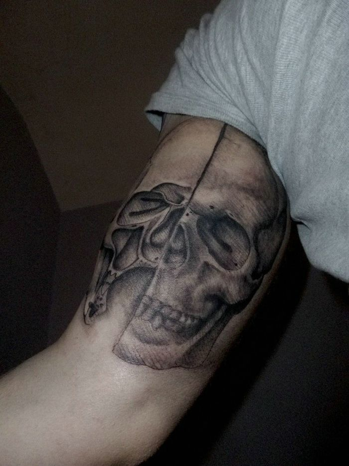 34 besten skull hand tattoo designs bilder auf pinterest totenkopf tattoos grau und. Black Bedroom Furniture Sets. Home Design Ideas