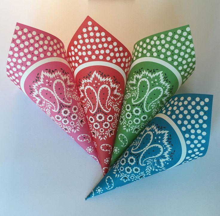 20 cones com estampa de bandana para colocar pipoca, balas, chocolates, em papel 120 gr, nas cores rosa, vermelho, verde, turquesa e amarelo (não está na foto). São 5 cones de cada cor. <br>Pronta Entrega! <br>Tamanho: altura 20 cm, largura da boca 6 cm, comprimento 6 cm. <br>.