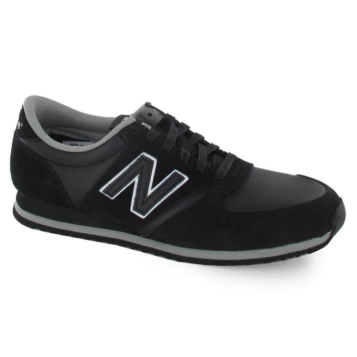 Zapatilla de la marca New Balance con suela de goma y cordón.