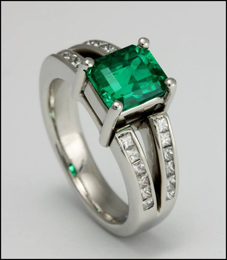 Ref. 3N Anillo de esmeralda adornada con diamantes.