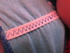 O intuito do elástico é conferir elasticidade a determinada área da roupa, sendo assim, se você fizer um ponto linear e horizontal, você irá prender o elástico, o que irá impedí-lo de esticar. Por isso, configure sua máquina de costura para o ponto zigzag, e o elástico ainda terá espaço para se movimentar.