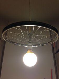 lampadario con ruota di bicicletta