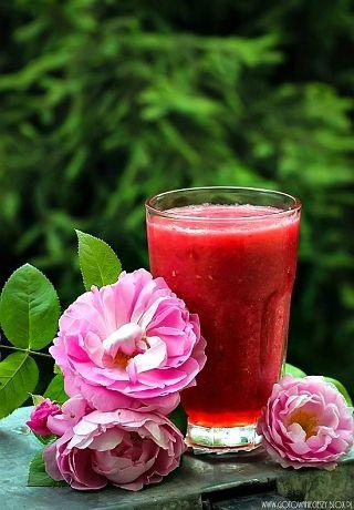 Dziś propozycja w odcieniach różu i czerwieni, z typowych, letnich owoców. Dodatek arbuza sprawia, że koktajl jest orzeźwiający, a jeśli dodacie też sporo lodu