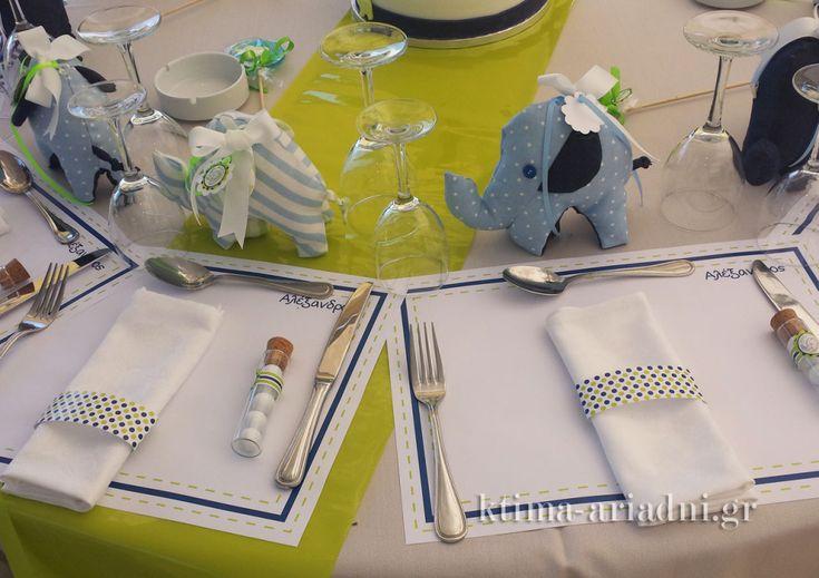 """Χάρτινα σουπλά, χάρτινα """"δαχτυλίδια"""" για τις πετσέτες, κουφέτα σε δοκιμαστικό σωλήνα με φελλό ως μπομπονιέρες, πάνινα ελεφαντάκια ως δώρα και τούρτα ως centerpiece. Πόσο πιο παιχνιδιάρικα να διακοσμήσεις κάποιος τα τραπέζια της βάπτισης;"""