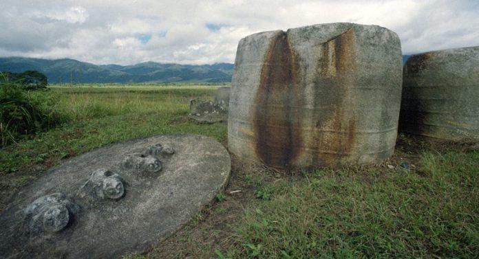 Kalamba di Situs Megalitik Pokekea di Lembah Behoa, Desa Hangira, Kecamatan Lore Tengah, Kabupaten Poso, Sulawesi Tengah, diperkirakan sudah ada sejak 2.500 tahun sebelum Masehi.