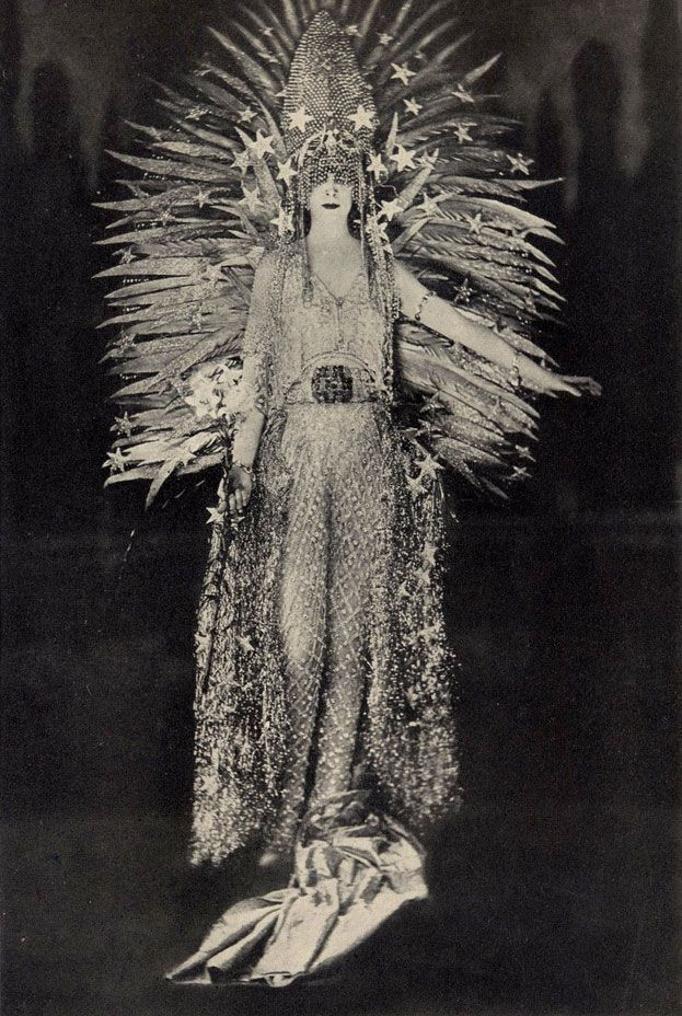 """Luisa, Marchesa Casati Stampa di Soncino, """"Queen of the Night"""" costume, House of Worth, 1922"""