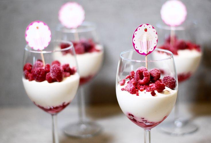 Vad sägs om detta fluffiga hallonmoln till dessert i helgen? Kombinationen av vit choklad & hallon i en dessert kan ju bara inte gå fel, inte sant? Denna härliga mousse är enkel att göra,...