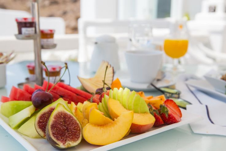 When the taste is as strong as the colours that decorate your platter. All the summer juice you could possibly need #kivotosmykonos #luxuryhotels #mykonos #instatraveling #privatedining #luxurylifestyle #kivotosSignatureSuites #cyclades