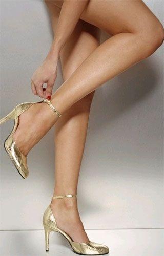 con zapatos dorados