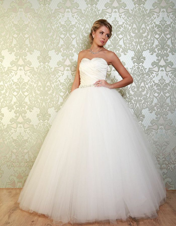 VELEZ A beautiful ballgown style, the Velez features a flared, elegant skirt, brought in at the waist with intricate beading. https://www.wed2b.co.uk/vintage-wedding-dresses/viva-bride-velez.php