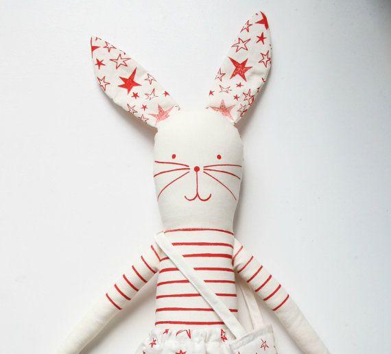 Fare il proprio kit di coniglio da mikodesign Si tratta di un kit per fare il vostro proprio tessuto coniglio, Ogni confezione contiene:  -1 pezzo di cotone serigrafato per rendere il coniglio, Parigi-gonna, borsa tote souvenir e tour eiffel -una descrizione come cucire il coniglio -modelli di fare un cappotto per il coniglio.