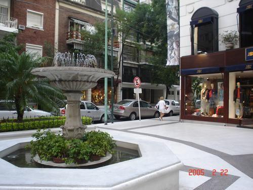 fuente en plena vereda de barrio Belgrano