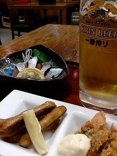 首折れサバは屋久島のブランド鯖。刺身がおいしい。あとはごぼうの天ぷらに白身魚のフライ。 ビールジョッキがついて700円(US7.21$)