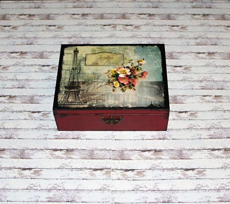 Romantická+čajová+s+eiffelovkou+Dřevěná+krabička+na+čaj+(či+cokoliv+jiného+-6+vyndávacích+přihrádek)+o+rozměrech+cca+21,3x16,3+cm+a+výšce7,6+cm.+Krabička+je+natřena+akrylovými+barvami,+ozdobená+technikou+decoupage+(rýžovým+papírem),+lehce+patinovanáadoplněná+ozdobným+kováním.+Následně+přetřena+lakem+s+atestem+na+hračky.+Uvnitř+nechána+přírodní
