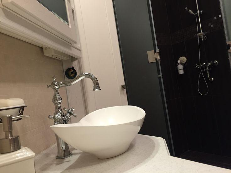 """""""Elég sok energiát es időt fektettünk az új fürdőszobánk kialakításába. Hosszú hónapokon keresztül kerestem azt a mosdót, amiről egy idő után azt gondoltam, nem is létezik. Tömegárú és az egyediség teljes hiánya jellemzi a szaniter piacot. Szerencsére megtaláltam a Marmorint, ahol a gondot inkább az jelentette, hogy nem tudtam választani a sok szép közül. Légies formák, profi kivitelezés, és minőség jellemzi a termékeiket, bátran ajánlom mindenkinek."""" /Gábor - Marmorin Tallasa mosdó/"""
