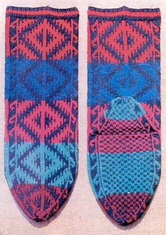 Traditional woollen socks from the Çorum province. For women, mid-20th century. With a 'baklava' pattern. (Baklava = sweet pastry, sold in diamond-shaped servings). Source: 'Knitted stockings from turkish villages' (Prof. Kenan Özbel), 1981.