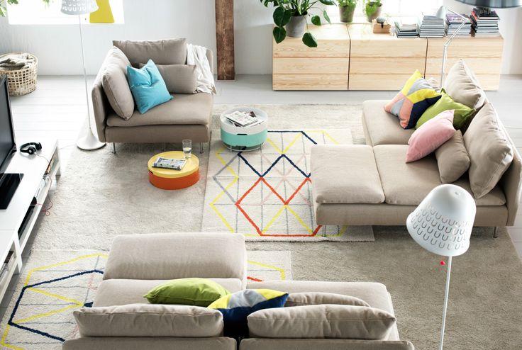 Soggiorno con tre aree separate, create con le sezioni di un divano modulare IKEA.