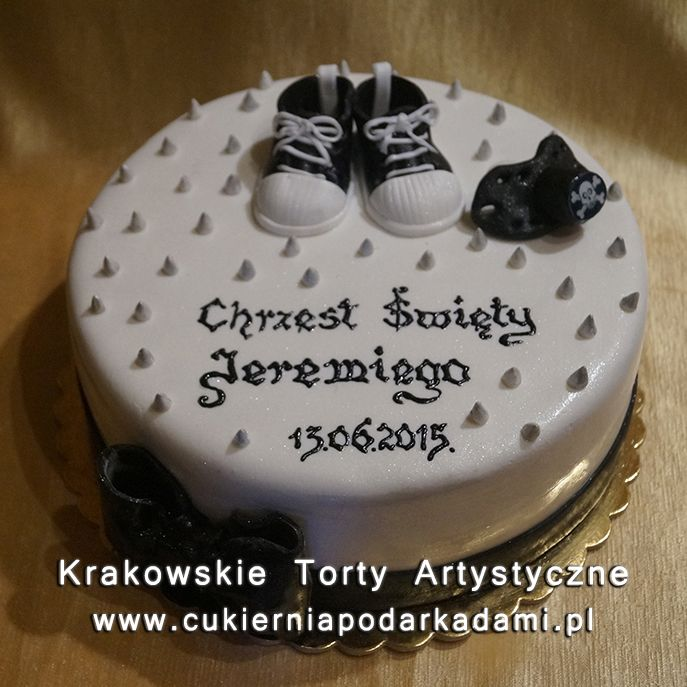 042. Tort na chrzest z trampkami i czarną kokardą. Cake for baptism with trainers and black bow.