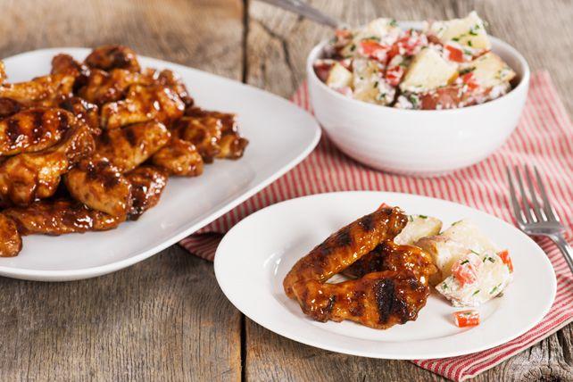 Ailes de poulet barbecue grillées lentement et salade de pommes de terre cuites en papillote