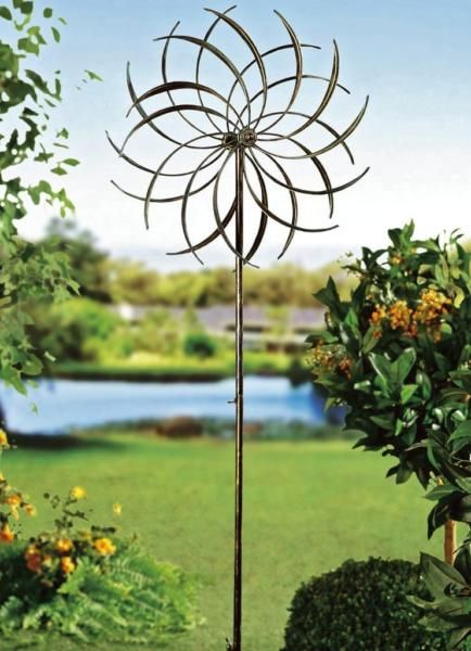 Der Wind, der sich in den Blättern dieses an eine Blüte erinnernden Windrads aus pulverbeschichtetem Stahl fängt, versetzt die beiden…