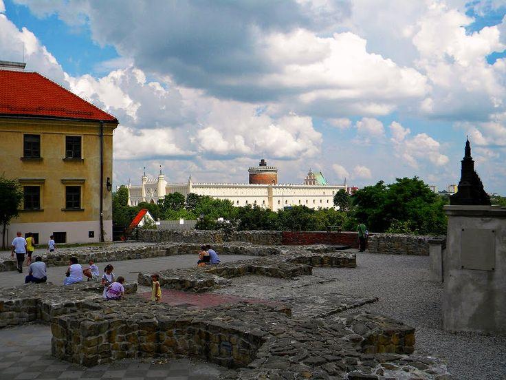 """Lublin (Polska) Plac Po Farze - w tle Zamek Lubelski / Lublin (Poland) Square """"Po Farze"""" - Lublin Castle in the background"""