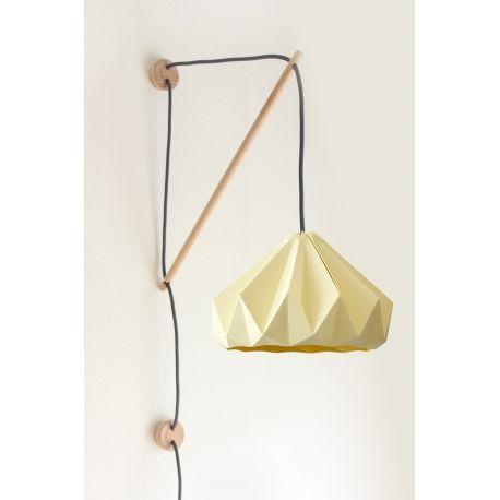 Applique Klimoppe - Chestnut Jaune Canari - Corde Gris| Lumi-Design Cette applique de la marque Hollandaise Snowpuppe est composé d'un système d'accrochage murale en bois et cordon textile appelé Klimoppe et d'un abat jour en papier origami Chestnut présenté dans un coloris jaune pastel. Aérienne et épurée, cette applique offre un style élégant tout en douceur et délicatesse idéale pour éclairer les pièces à vivre de la maison et les chambres d'enfants.