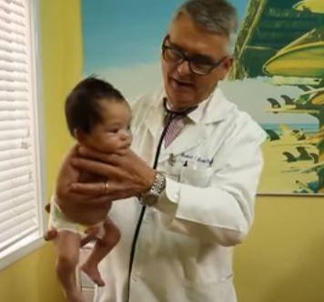 Den amerikanske børnelæge Robert Hamilton har udviklet et særligt trick, som kan få babyer til at stoppe med at græde på få sekunder. Her demonstrerer han tricket i en video, der er gået verden rundt.