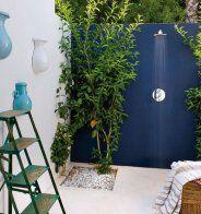 Un extérieur design verduré par des plantes grimpantes - Marie Claire Maison